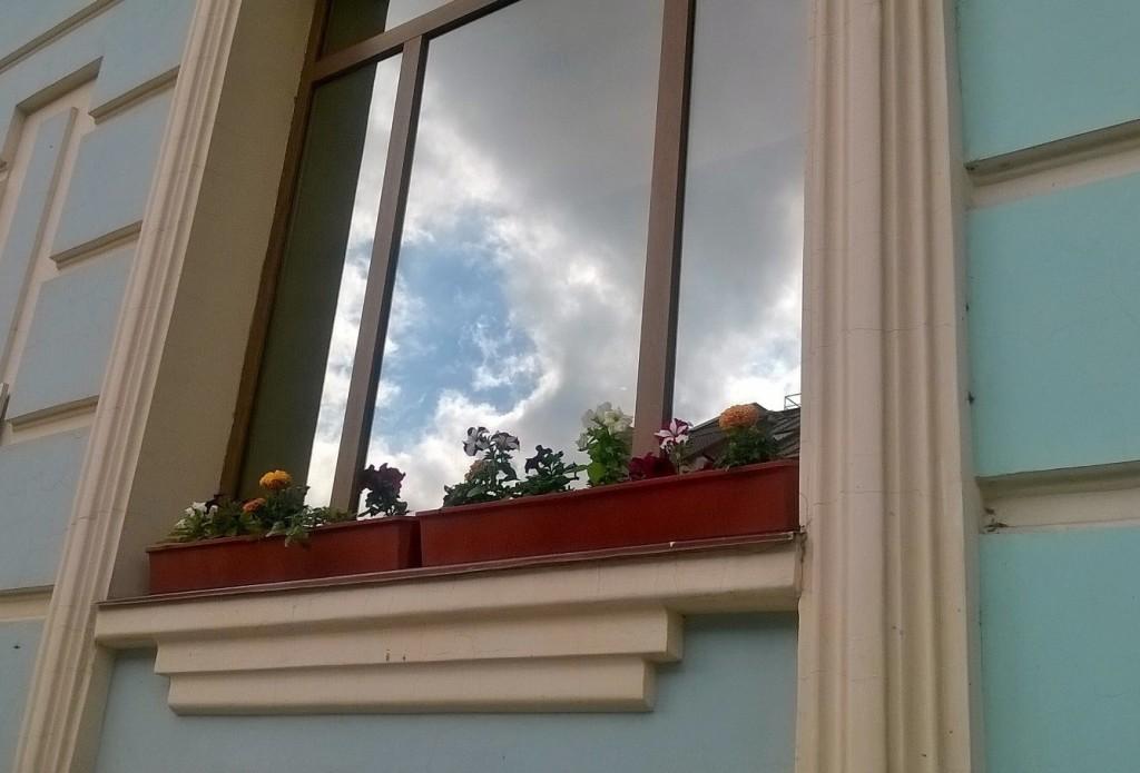 Окно и облака